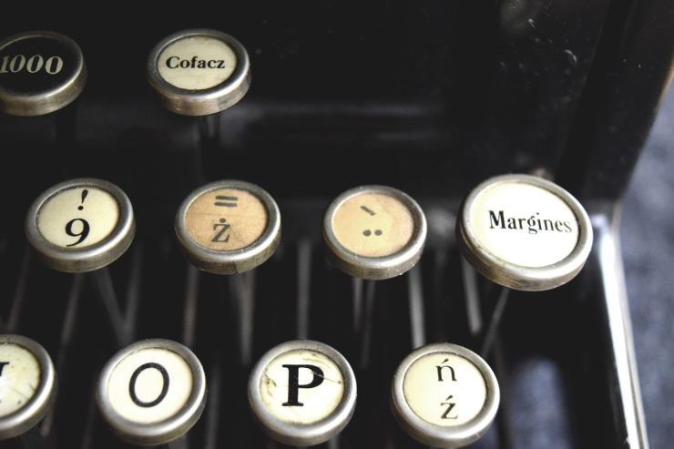 typewriter-932742_1920
